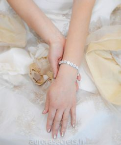Bracelet mariage chic orné oxydes de zirconium porté par une mariée