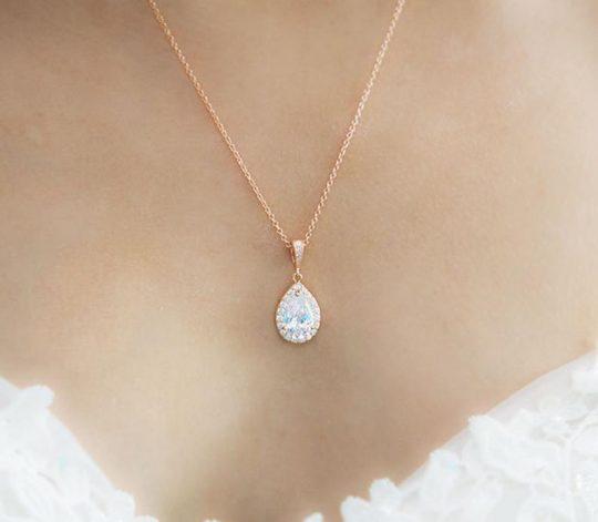 parure mariage boucles d'oreilles et collier forme de goutte